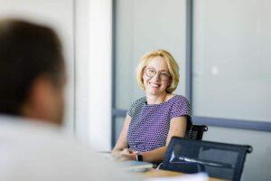 Nicole Mommsen im Gespräch mit KOM-Chefredakteur Volker Thoms. (c) Jana Legler