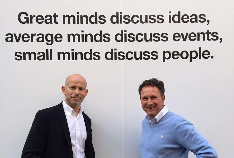 Oliver Klein (r.) im Gespräch mit Tim Bourne (c) Exposure