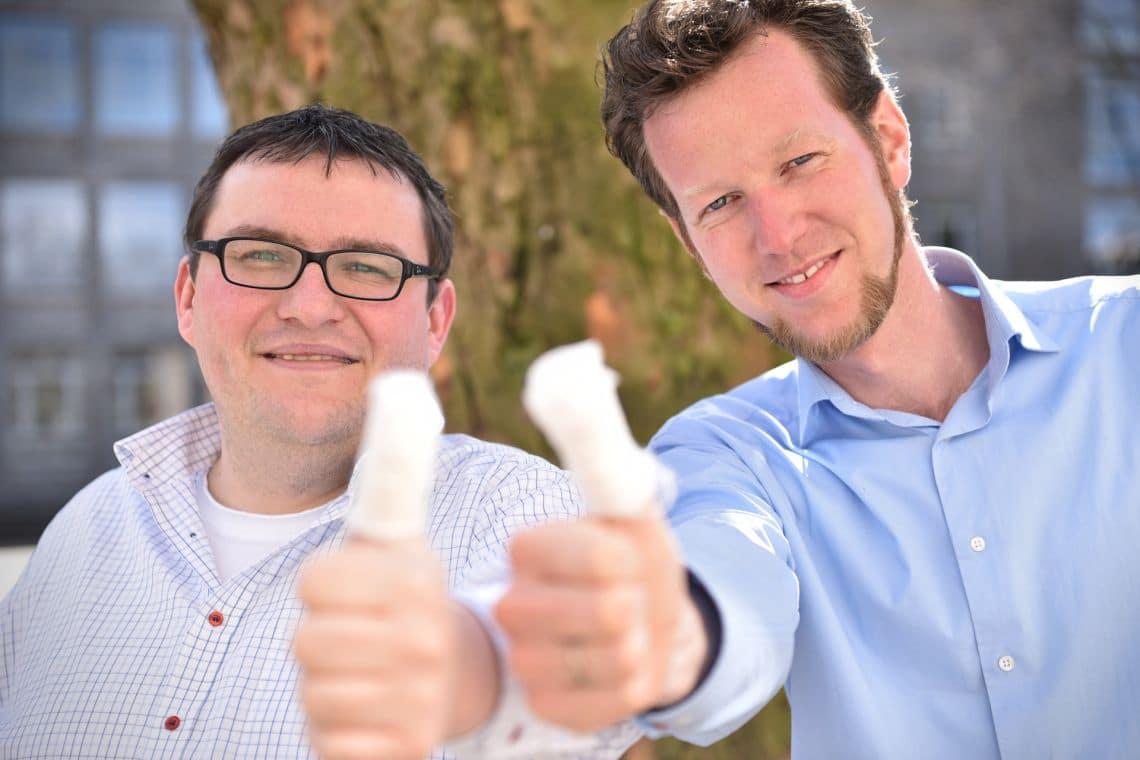 Hatten wunde Finger nach dem ersten Whatsapp-Projekt Ostern 2015: Jens Albers und Simon Wiggen (c) Bistum Essen