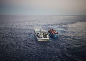 """Platz 3 """"NGO"""" für die UNO-Flüchtlingshilfe: Ein Rettungsboot der italienischen Küstenwoche nimmt auf dem offenen Meer Flüchtlinge an Bord. Unzählige Bootsflüchtlinge haben bereits die lebensgefährliche Überfahrt nach Italien und Griechenland gewagt. Tausende starben bei dem Versuch, in Europa ein besseres und sicheres Leben zu finden. (c) A. D'Amato"""