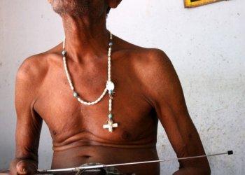 """1. Platz in der Kategorie """"Porträt"""" für die DAHW Deutsche Lepra- und Tuberkulosehilfe: Seit mehr als 40 Jahren lebt der 70-jährige K. Adaikalara im Leprahospital von Pullambadi, Bundesstaat Tamil Nadu/Indien. Die Hände von Lepra gezeichnet und blind durch die Krankheit ist er auf Hilfe angwiesen. Adaikalara revanchiert sich für die Unterstützung, indem er singt. (c) Rolf Bauerdick"""