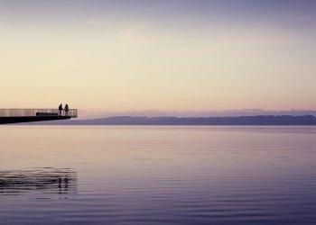 """Gewinner der Kategorie """"Tourismus, Freizeit und Sport"""" ist Switzerland Tourism: Paar auf der Passerelle de l""""Utopie am Neuenburgersee bei Neuenburg, Kanton Neuenburg, Schweiz. (c) Sebastien Staub"""