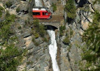 """Platz 2 """"Tourismus, Freizeit und Sport"""" geht an die Rhätische Bahn AG: Seit 125 Jahren ist die RhB unterwegs in Graubünden, dem flächenmässig größten Kanton der Schweiz. Was 1889 mit der Eröffnung der Strecke von Landquart nach Klosters begann, ist heute ein 384 Kilometer langes Streckennetz mitten im schweizerischen Hochgebirge. Mit den zwei Panoramazügen Bernina Express und Glacier Express fasziniert die RhB ihre Gäste aus der ganzen Welt. (c) Tibert Keller"""