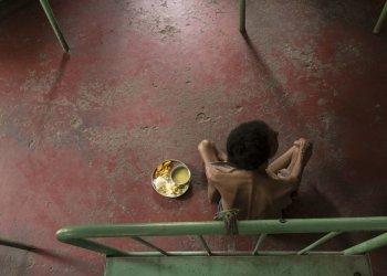 """""""NGO"""", Platz 2: Tuberkulose führt die weltweite Rangliste der tödlichsten Infektionskrankheiten an. Die Bilder Kampagne """"Faces of tuberculosis"""" von German Doctors zeigt an Tuberkulose Erkrankte in einem indischen Krankenhaus in Kalkutta. (c) Maurice Ressel"""