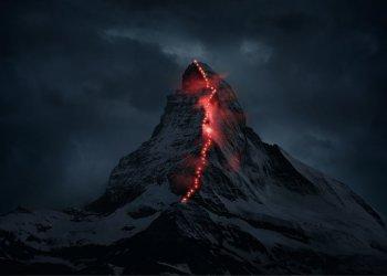 """Gewinner in der Kategorie """"Unternehmenskommunikation"""": Am 14. Juli 2015 jährt sich die Erstbesteigung des Matterhorns zum 150. Mal. In Vorbereitung auf die Jubiläumsfeierlichkeiten zeichnete der Schweizer Bergsportspezialist Mammut zusammen mit den Zermatter Bergführern in einer temporären Lichterkette die Route über den Hörnligrat nach und erwies damit den Erstbesteigern der Seilschaft um Edward Whymper die Reverenz. (c) Robert Bösch"""