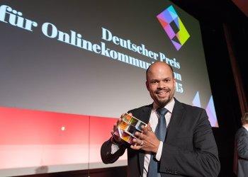 Robindro Ullah von der Firma Voith nimmt den Preis für die Kategorie Recuiting-Kapagne und Employer Branding (c) Laurin Schmid