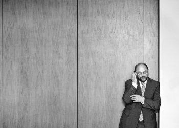 """Der 3. Platz """"Porträt"""" geht an die FH Aachen University of Applied Sciences: Der Chefredakteur der Aachener Zeitung/Aachener Nachrichten und Lehrbeauftragte am Fachbereich Elektrotechnik und Informationstechnik der FH Aachen, Prof. Bernd Mathieu, bot Studierenden des Studiengangs Communication and Multimedia Design im Rahmen einer Veranstaltung die Möglichkeit, den EU-Parlamentspräsidenten Dr. h. c. Martin Schulz zu interviewen. (c) Thilo Vogel"""