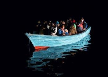 Die Menschen in den Booten fürchten sich davor, auf Ihrem Weg in internationale Gewässer abgefangen und zurück nach Libyen gebracht zu werden. Darum versuchen sie oftmals zu entkommen und verbergen Ihre Gesichter vor herannahenden Booten. (c) Laurin Schmid