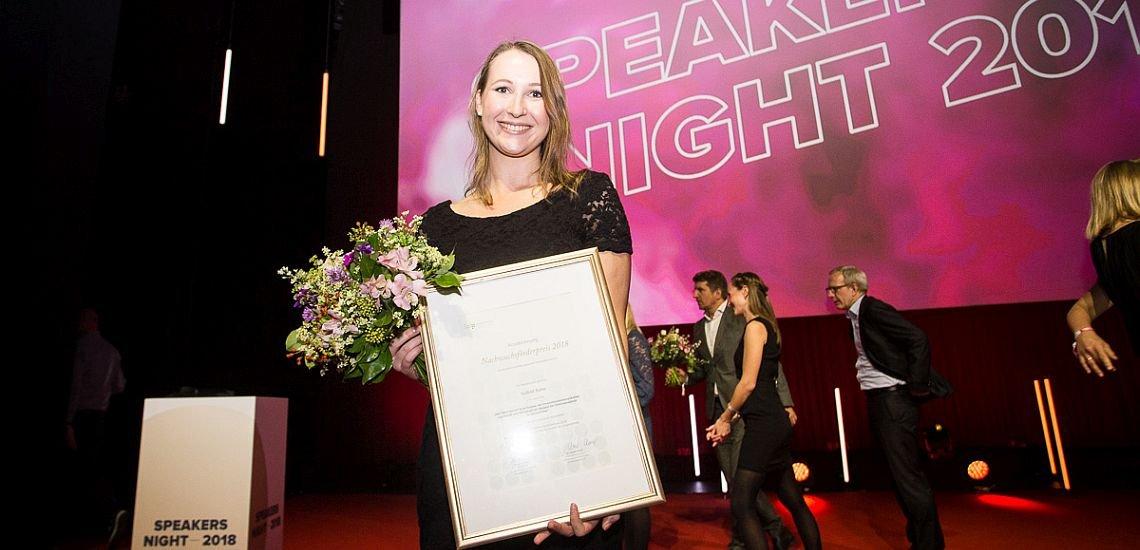 Gewinnerin Isabell Rabe freut sich über ihre Auszeichnung mit dem BdP-Nachwuchsförderpreis. (c) Kasper Jensen