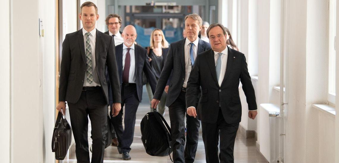 Streeck (l.) und NRW-Ministerpräsident Laschet: Die Präsentation der Zwischenergebnisse der Heinsberg-Studie brachte dem Virologen viel Kritik ein. (c) Picture alliance/dpa/Federico Gambarini