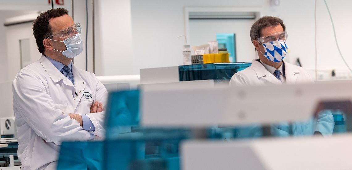 Fototermin mit Maske bei Roche: Bundesgesundheitsminister Jens Spahn (l.) und der bayerische Ministerpräsident Markus Söder. (c) picture alliance/dpa | Peter Kneffel