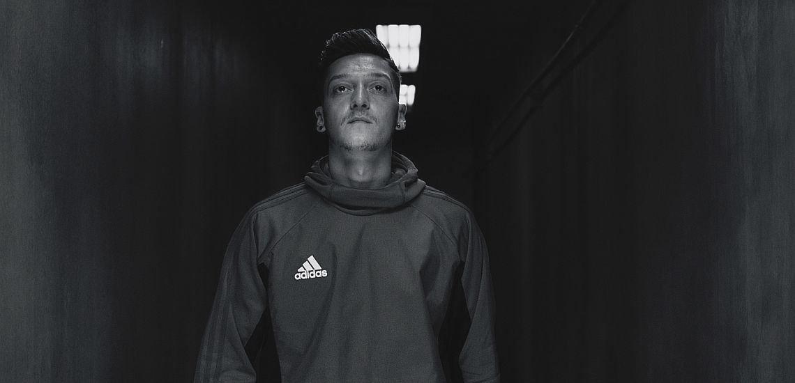 Fährt im Umgang mit Fußballstar Mesut Özil wohl die richtige Strategie: Sponsor Adidas. (c) Adidas