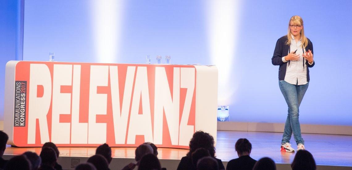 Outfittery-Gründerin Anna Alex hält ihre Keynote auf dem Kommunikationskongress. (c) Jana Legler