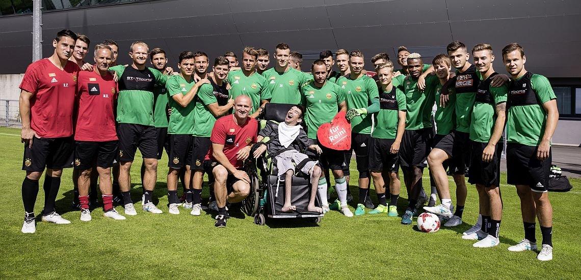 Eine besondere Freude bescherte dem jungen Reini der Fußballverein SK Rapid Wien. (c) Gregor Kuntscher