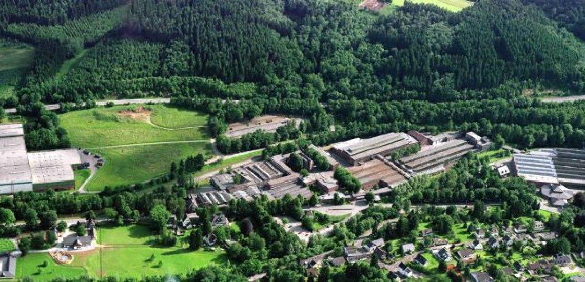 Zwischen grünen Hügeln im Oberbergischen Kreis liegt das Werk der Bergischen Achsenfabrik. (c) BPW