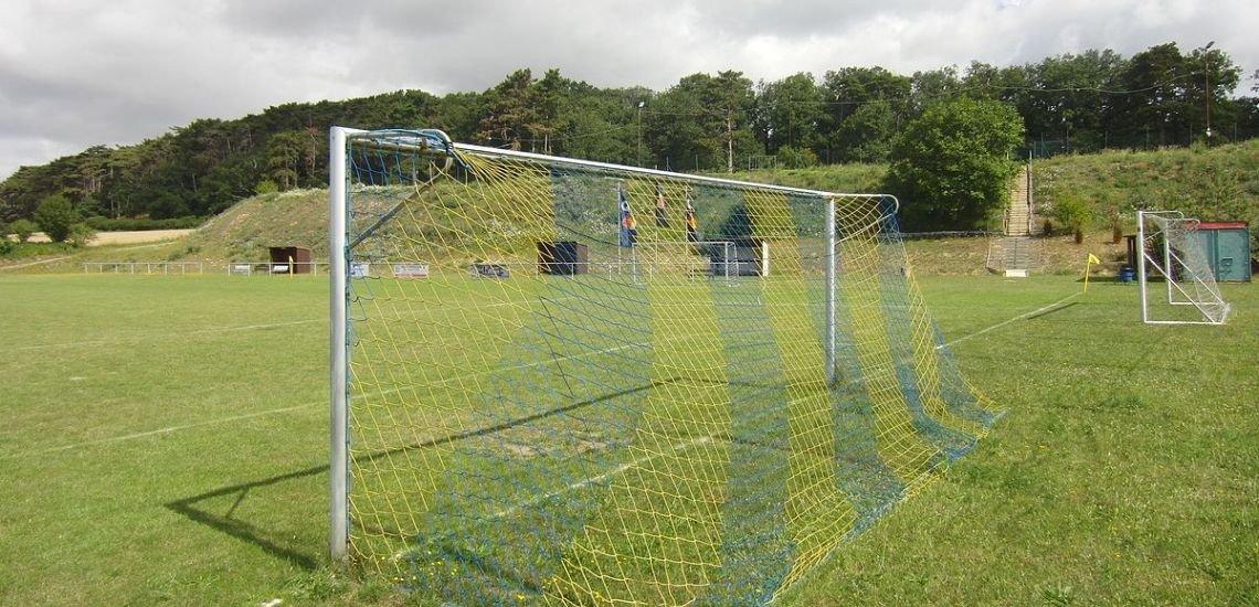 Die Fußball-Amateure pausieren wegen Corona. Die Profis sollen bald weiterspielen - so die DFL. (c) Mariog999