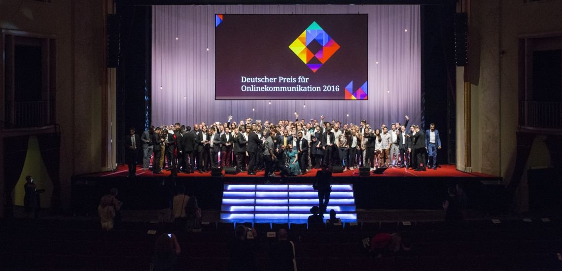 Die Preisträger des Deutschen Preises für Onlinekommunikation auf der Bühne (c) Julia Nimke