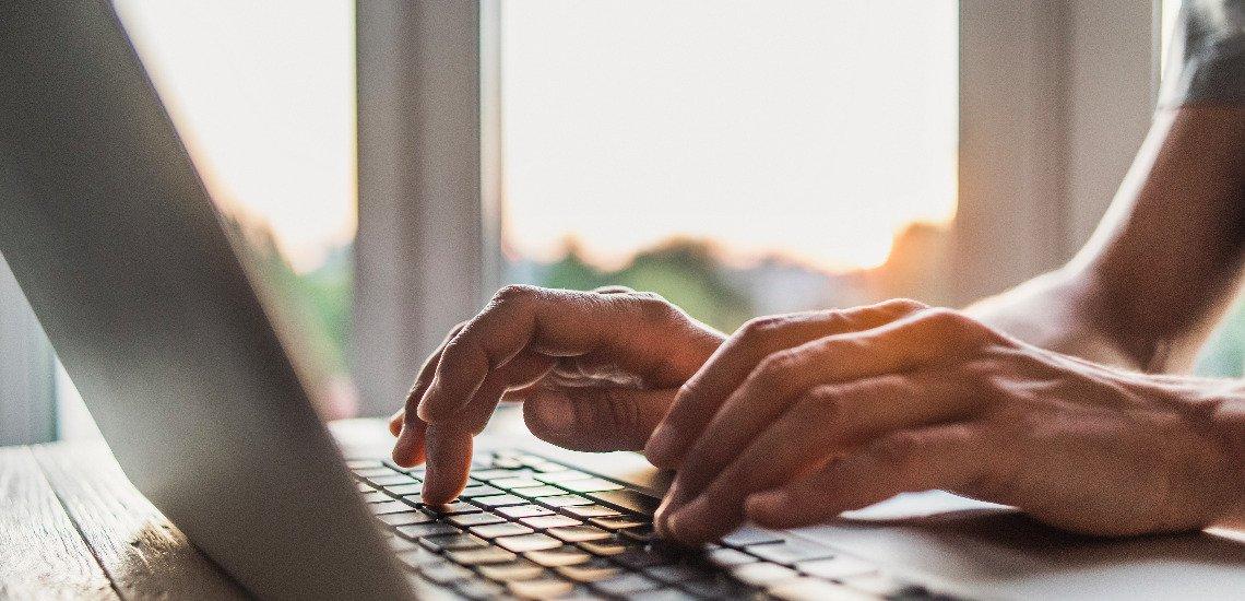 Moderne digitale Kanäle können die Kommunikation dabei unterstützen, Mitarbeitende im Mobile Office zu erreichen. (c) Getty Images / Poike
