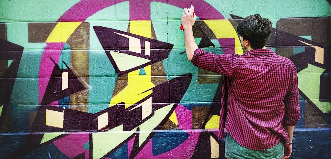 Graffitis sind häufig öffentlich zugänglich – doch kann man sie deshalb ungefragt für das eigene Marketing nutzen? (c) Getty Images/Rawpixel