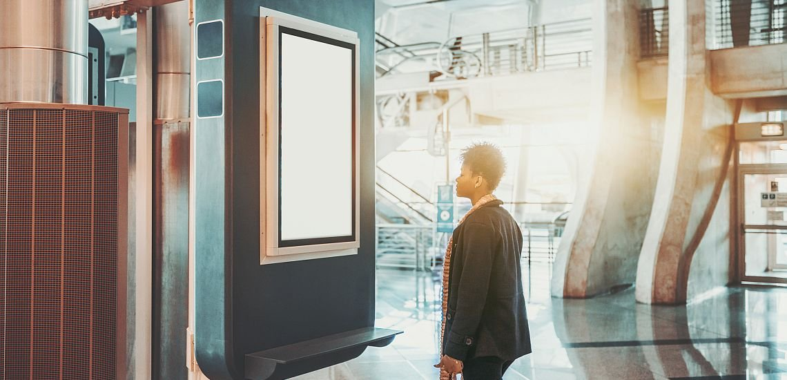 Vernetzte Screens statt Schwarzes Brett: Was bringt Digital Signage für die interne Kommunikation? (c) Getty Images/skyNext