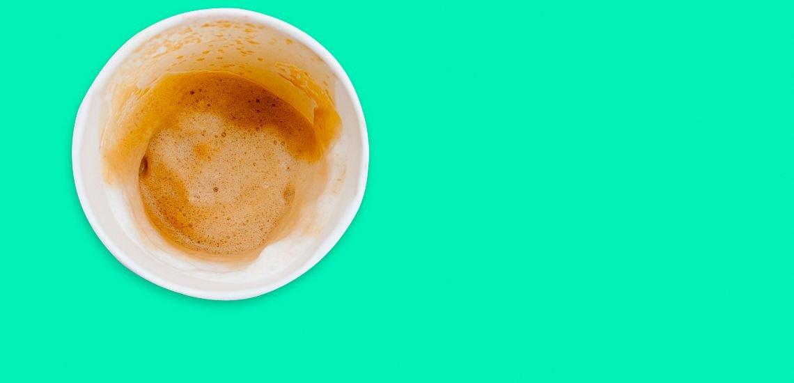 Statt Vollgas lieber einen Gang zurückschalten – das heißt, auch mal mit den Kollegen einen gemütlichen Kaffee zu trinken. (c) Getty Images/rawintanpin