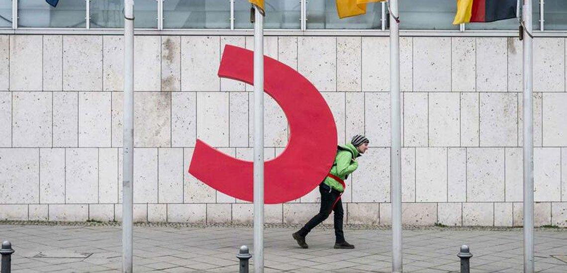 Mit der Aktion mahnt Greenpeace mehr Klimaschutz an. / Geklautes C: (c) Paul Lovis Wagner/Greenpeace