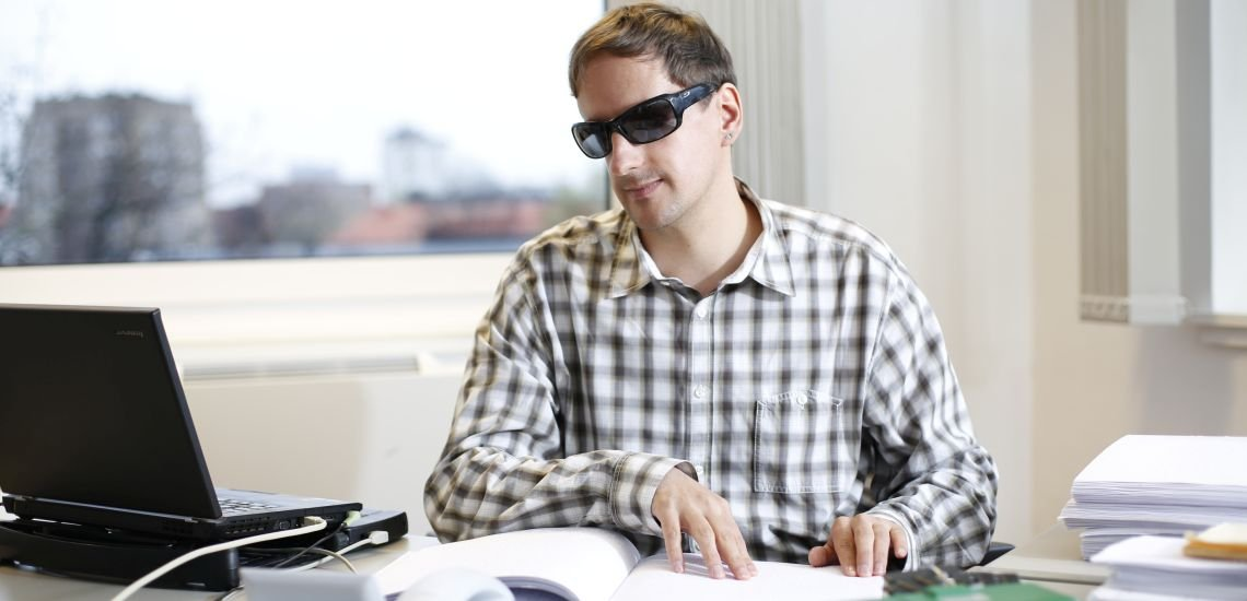 Im Berufsalltag für Heiko Kunert unverzichtbar: ein Computer mit Sprachausgabe und eine Braillezeile, die den Bildschirminhalt in Blindenschrift wiedergibt. (c) Guenther Schwering