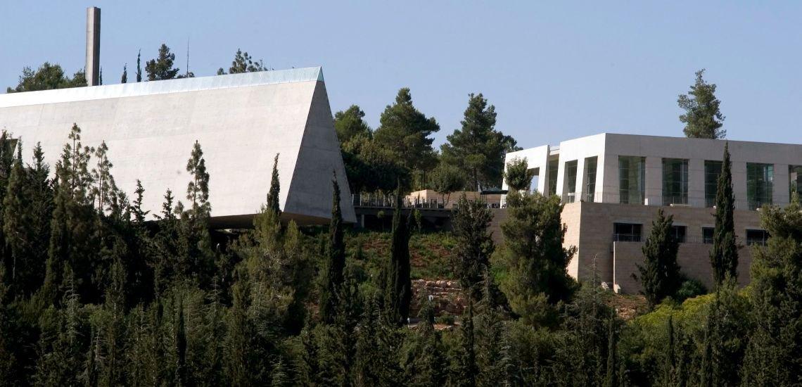 Borussia Dortmund, Daimler, Deutsche Bahn, Deutsche Bank und Volkswagen spenden je eine Million Euro für die Holocaust-Gedenkstätte. (c) Getty Images / chamoleonseye
