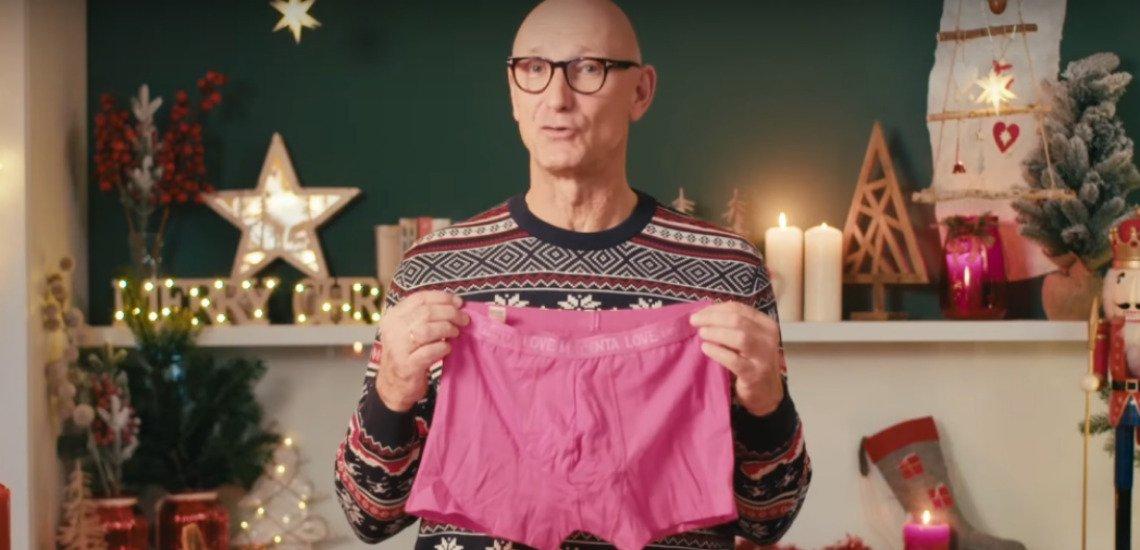 Telekom-Chef Timotheus Höttges versucht sich in diesem Jahr an der Weihnachtsbastelei. (c) Screenshot Youtube