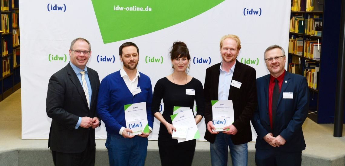Die Preisträger mit den IDW-Vorstandsmitgliedern Ulf Richter (ganz li.) und Josef Zens (ganz re.), v.l.n.r.: Mathias Rauck (zweiter Platz), Verena Müller (erster Platz), Christian Flatz (dritter Platz). (c) idw / Scheiblich