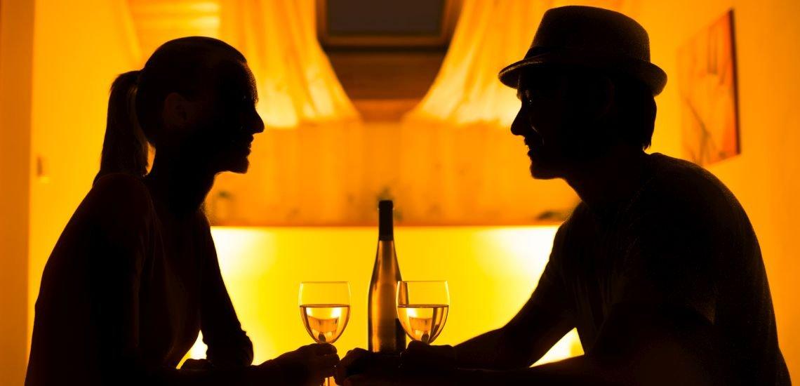 Romantisches Marketingpärchen, keine PR-Profis, beim Valentinstags-Dinner. (c) Getty Images/kieferpix