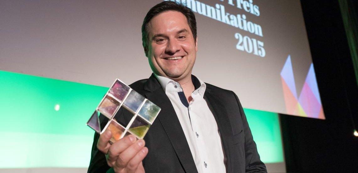Norman Wagner mit dem Deutschen Preis für Onlinekommunikation. (c) Laurin Schmid