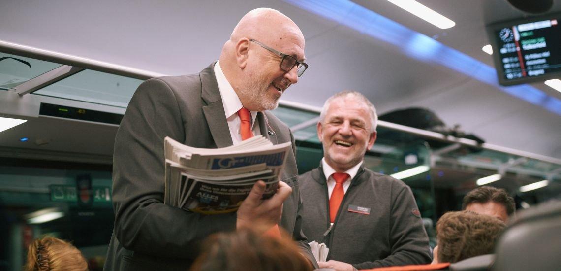 Einen Tag lang Zugbegleiter sein: Andreas Matthä, CEO der Österreichischen Bundesbahnen, schnuppert in den Arbeitsalltag eines Mitarbeiters hinein. (c) ÖBB/Prinz