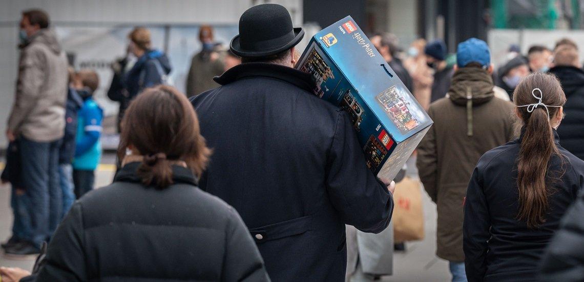 Viele Geschenke sollen die Menschen in Frankfurt kaufen. (c) picture alliance/dpa/Frank Rumpenhorst