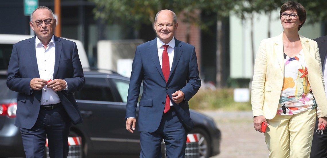 Olaf Scholz (m.) mit den SPD-Vorsitzenden Saskia Esken und Norbert Walter-Borjans (c) picture alliance/dpa   Wolfgang Kumm