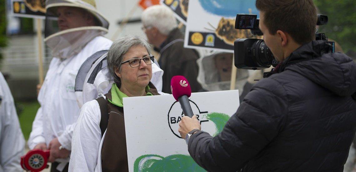 Bei Bayer-Hauptversammlungen demonstrieren regelmäßig NGOs und Aktivisten. Für Medien ein beliebter Aufhänger für ihre Berichterstattung. (c) picture alliance/SvenSimon/Malte Ossowski