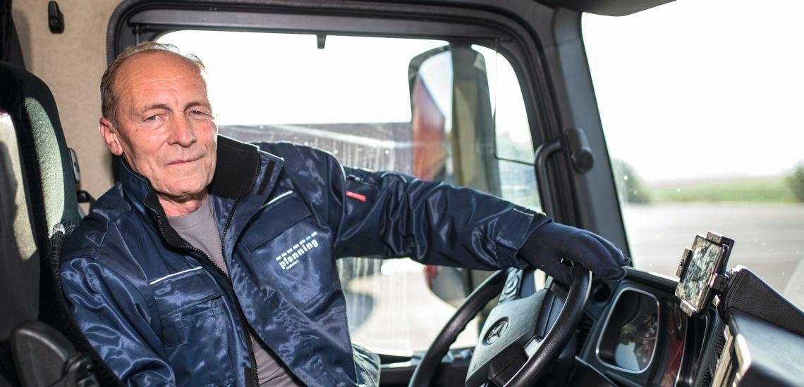 """Andrzej Powala ist Lkw-Fahrer bei Pfenning Logistics und einer der Markenbotschafter für die Kampagne """"Lkw-Logenplatz"""". Er lenkt seinen 40-Tonner mit eine Unterarmprothese. (c) Marc Müller"""