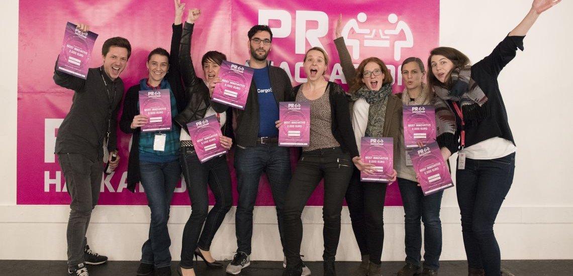 """Das Team des Projekts """"moodbot"""" mit Autor Nick Marten (l.), Gewinner des fischerAppelt-Preises """"Most Innovative""""   (c) obs/news aktuell GmbH/Christian Christes"""