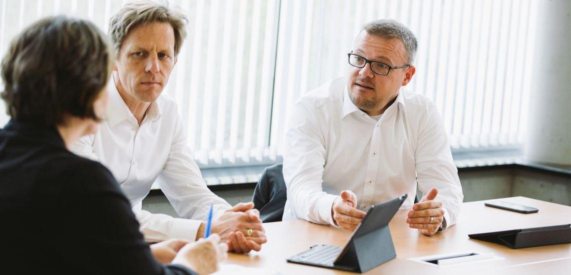Albrecht von Truchseß und Carsten Lucaßen im Gespräch mit pressesprecher-Chefredakteurin Hilkka Zebothsen