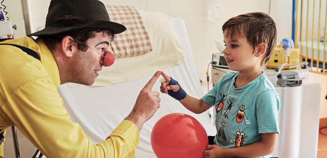 30 Clowns sind für den Verein Rote Nasen Deutschland in Kliniken und Heimen unterwegs. Ihre Medizin: Humor. (c) Gregor Zielke