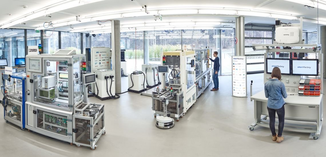 Industrie 4.0 bringt Mensch und Maschine zusammen. Für die Kommunikation heißt das: Sie muss den Menschen mitnehmen. (c) SmartFactoryKL/ C. Arnoldi