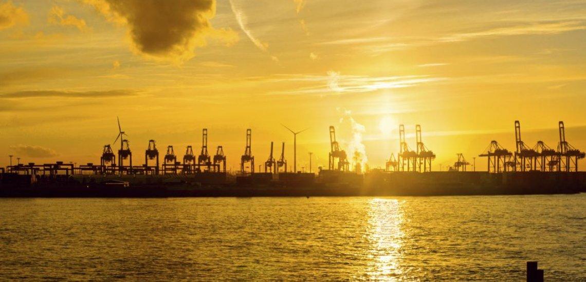 Von der Stilwerk-Dachterasse blickt Delf Ness auf den Hamburger Hafen (c) Thinkstock/elxeneize