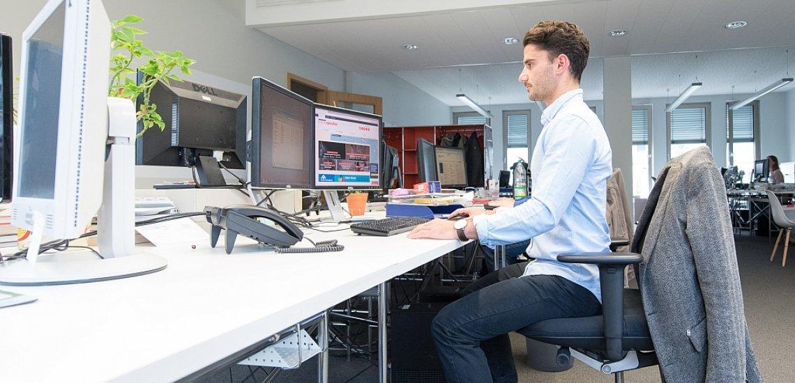 Trainer Ramin Waraghai zeigt, wie man rückenschonend am Schreibtisch arbeitet (c) Laurin Schmid