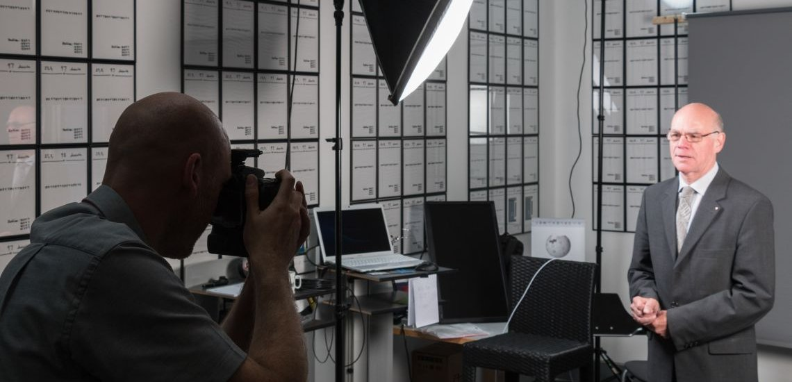 Bundestagspräsident Norbert Lammert (CDU) beim Fotoshooting mit den Wikipedianern. (c) Martin Kraft | Lizenz: CC-BY-SA 3.0