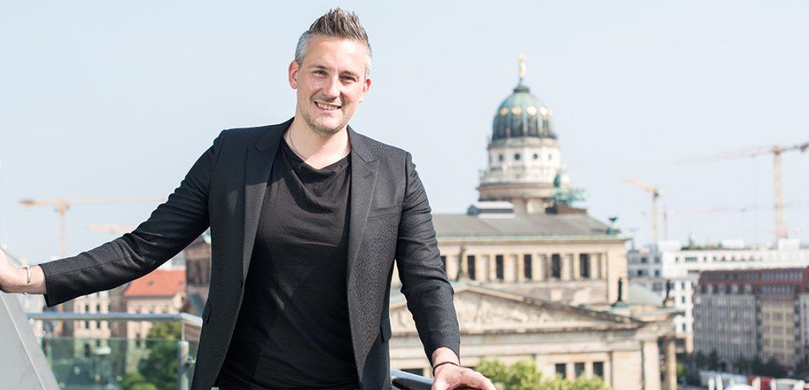 Gute Aussichten für den Agenturchef, nicht nur in geschäflticher Hinsicht. Von seinem Büro aus überblickt er den Berliner Gendarmenmarkt. (c) Laurin Schmid