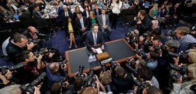 Muss sich häufig vor Unternehmen und Politik – hier vor dem US-Kongress 2018 – rechtfertigen, warum er so wenig gegen Hate Speech unternimmt: Facebook-Chef Mark Zuckerberg. (c) picture alliance/Xinhua News Agency/Ting Shen