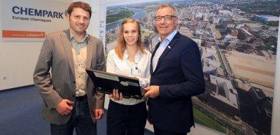 Elisabeth Hahn (Mitte) mit mit Jürgen Gemke (rechts), Leiter der Currenta-Unternehmenskommunikation, und Daniel Wauben, Geschäftsführer ChemCologne (c) ChemCologne/CURRENTA