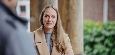 Manuela Zingl leitet die Unternehmenskommunikation der Charité. In der Coronakrise kommt der Klinik eine zentrale Aufgabe zu. (c) Jana Legler / Quadriga Media