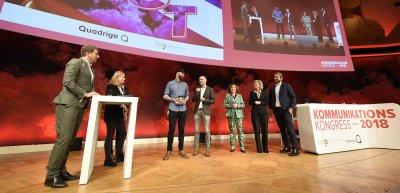 Polycore-Agenturchef Joko Weykopf (3.v.l.) und BASFI-Pressesprecher Marcel Schweitzer (Bild m.) nehmen die Auszeichnung entgegen. (c) Laurin Schmid