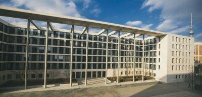 Der Blick auf den Lichthof des Auswärtigen Amts in Berlin. Das Ministerium will die interne Kommunikation verbessern. (c) Julia Nimke
